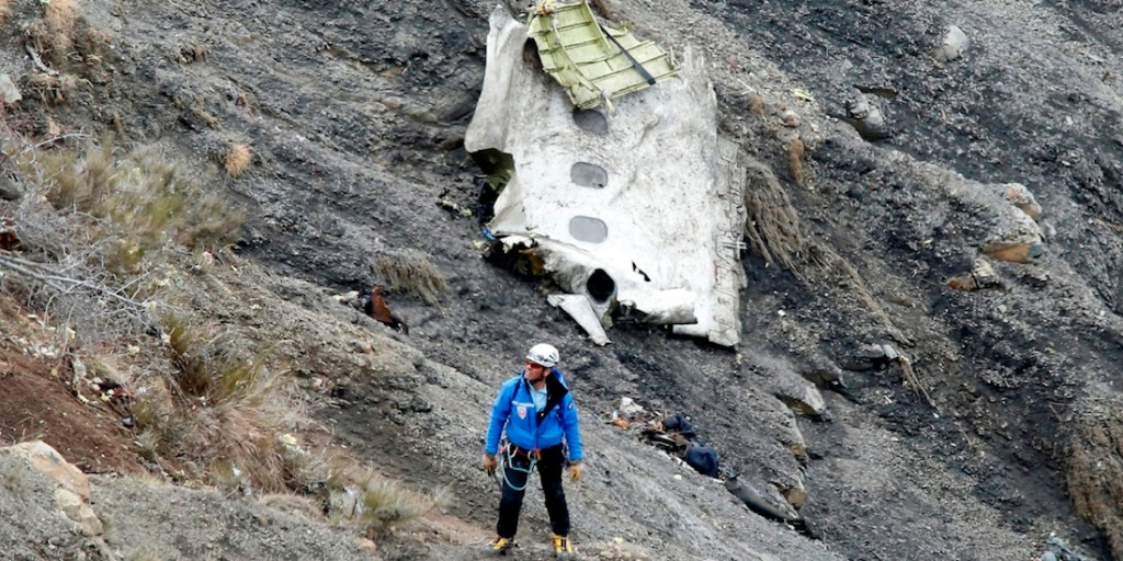 epaselect epa04678498 A search and rescue worker at the crash site of the Germanwings Airbus A320 that crashed in the French Alps, above the town of Seyne-les-Alpes, southeastern France, 25 March 2015. Search crews resumed helicopter flights around dawn on 25 March to the remote mountainside where Germanwings Flight 4U 9525 from Barcelona to Duesseldorf crashed after a rapid descent, likely killing all 150 people aboard on 24 March.  EPA/GUILLAUME HORCAJUELO Dostawca: PAP/EPA.