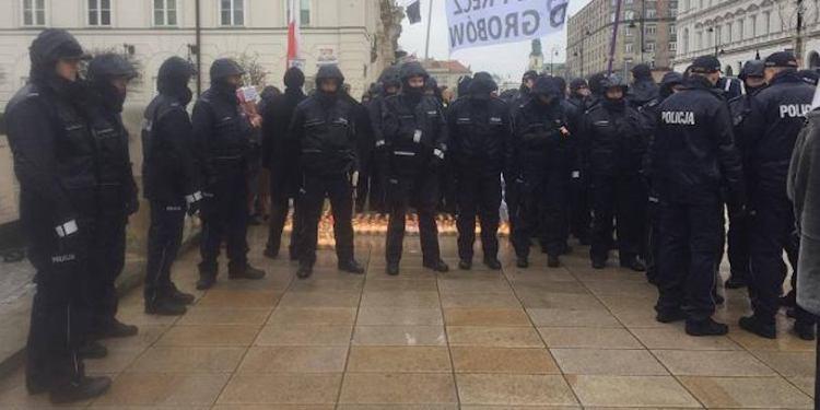 miesiecznica-krzyz-policja-161211-815408